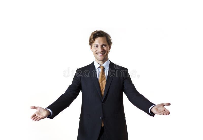 Усмехаясь бизнесмен говоря гостеприимсво стоковое изображение rf