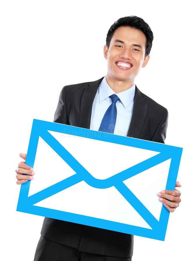 Download Усмехаясь бизнесмен держа знак конверта Стоковое Изображение - изображение насчитывающей изолировано, email: 37928583