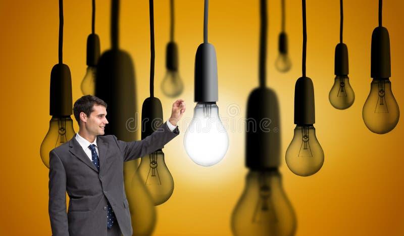 Усмехаясь бизнесмен держа что-то вверх в воздухе стоковое изображение rf
