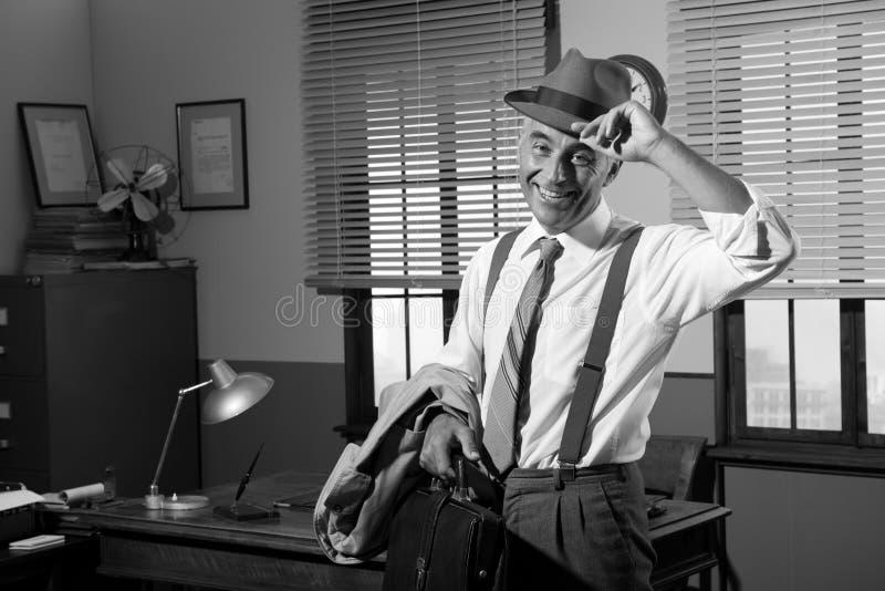 Усмехаясь бизнесмен идя домой стоковое изображение