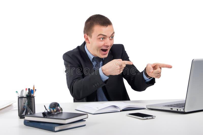 Усмехаясь бизнесмен с портативным компьютером и документы на офисе стоковое изображение rf
