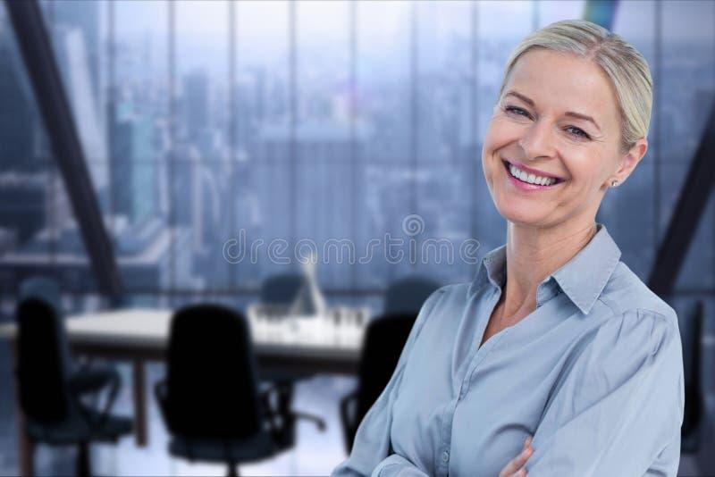 Усмехаясь бизнес-леди в офисе стоковое фото rf