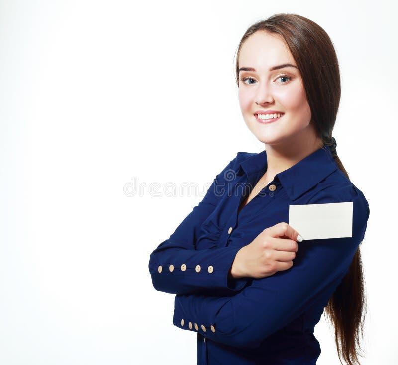 Усмехаясь бизнес-леди держа карточку стоковое фото