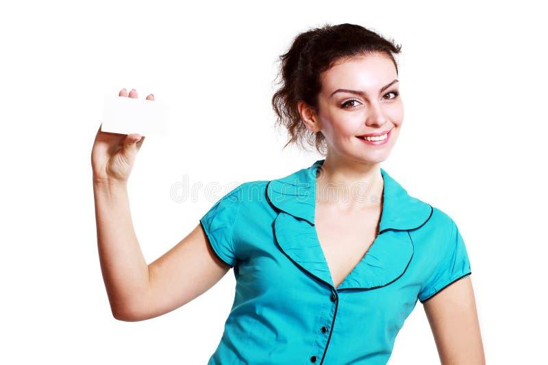 Усмехаясь бизнес-леди держа карточку стоковое фото rf