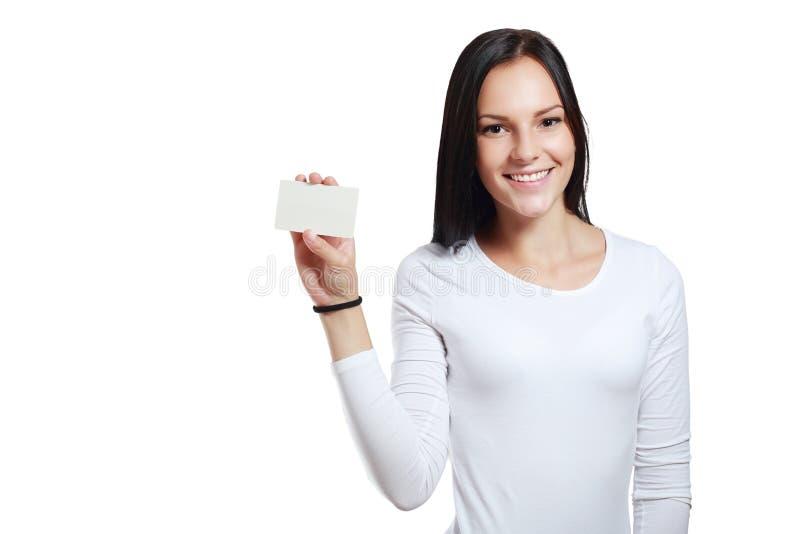 Усмехаясь бизнес-леди держа карточку стоковая фотография