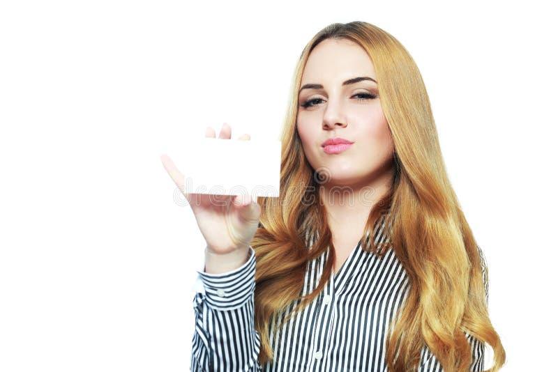 Усмехаясь бизнес-леди держа карточку стоковые фото