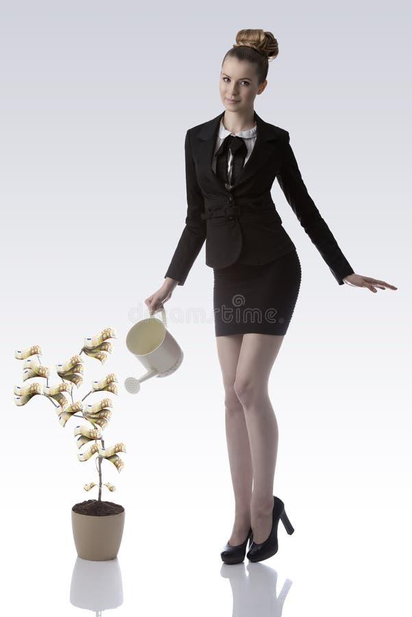 Усмехаясь бизнес-леди моча завод денег евро 50 стоковые фото