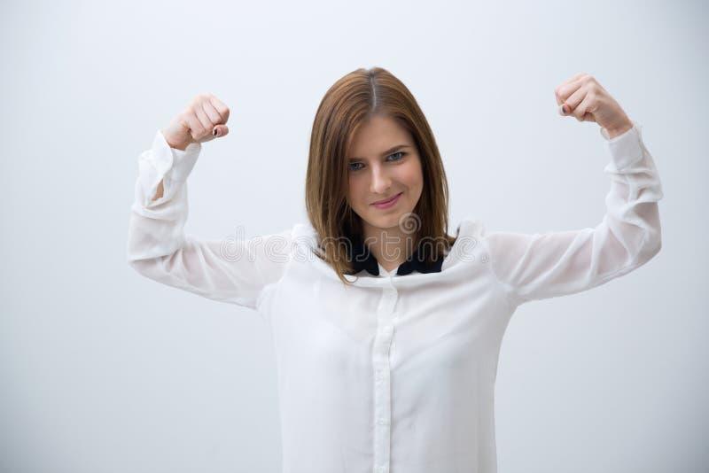 Усмехаясь бизнес-леди показывая ей прочность стоковое изображение rf