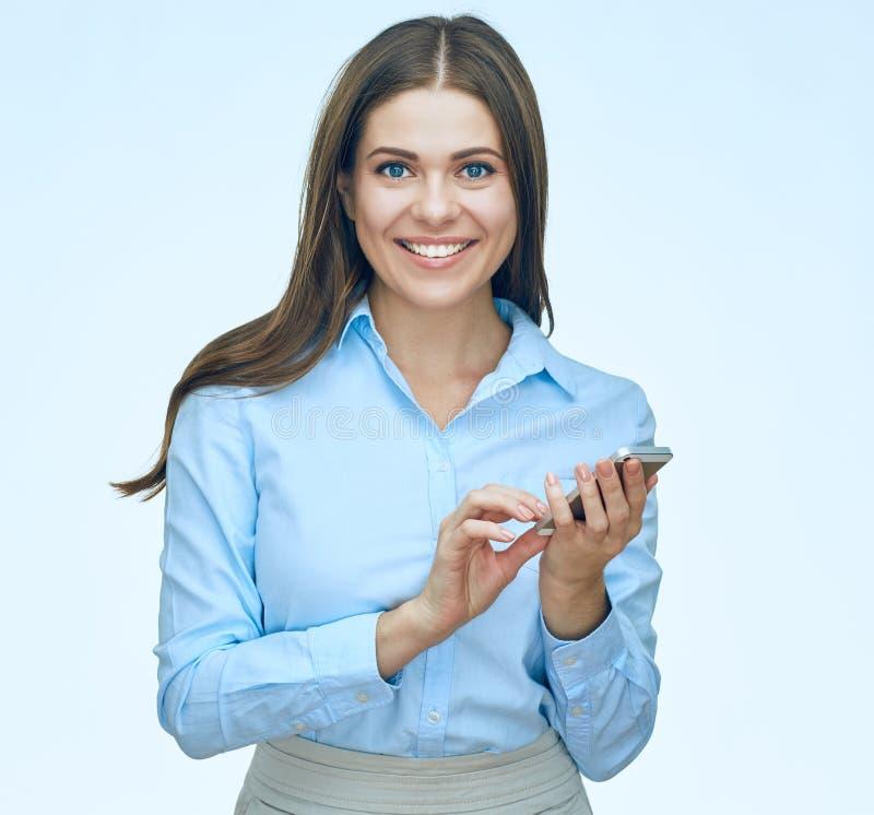 Усмехаясь бизнес-леди используя портрет изолированный мобильным телефоном стоковые фотографии rf