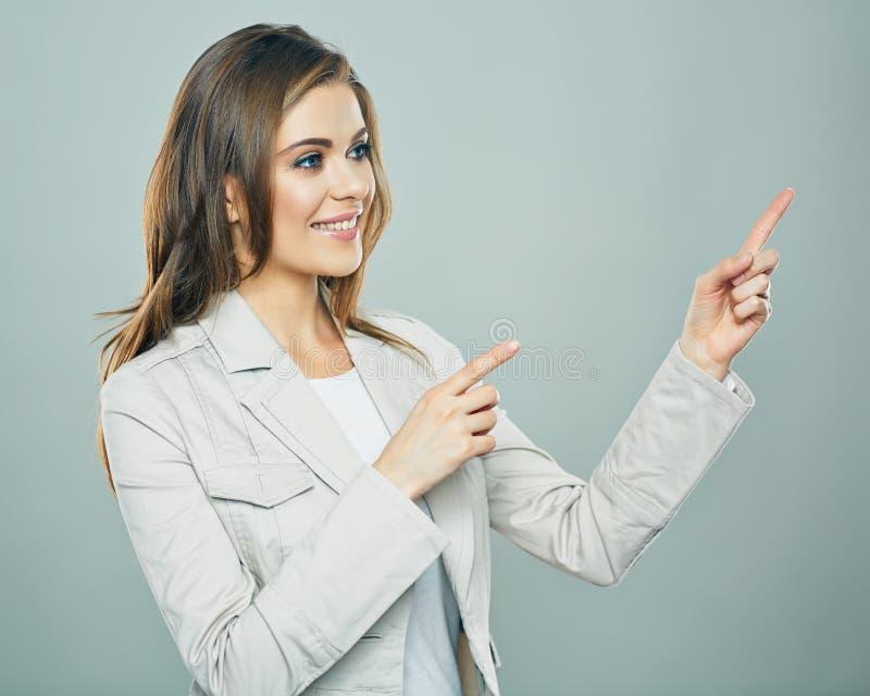 Усмехаясь бизнес-леди показывая руку скопируйте космос стоковое изображение rf