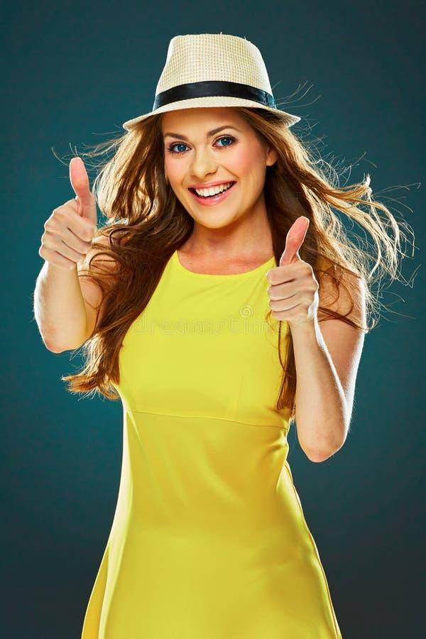 Усмехаясь большой палец руки выставки молодой женщины вверх Большая зубастая улыбка стоковые изображения
