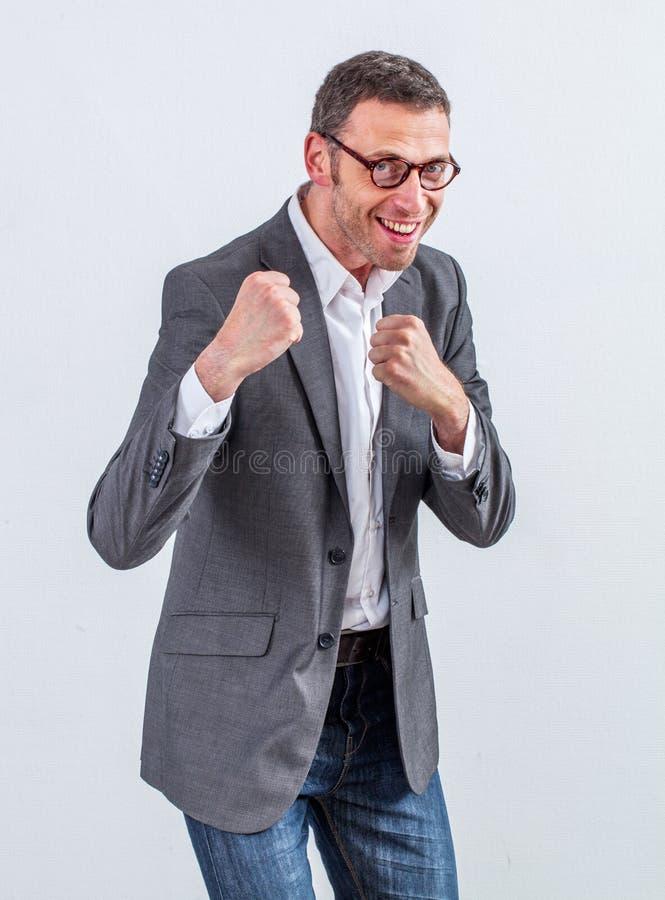 Усмехаясь бородатый бизнесмен играя как боксер офиса стоковые изображения rf