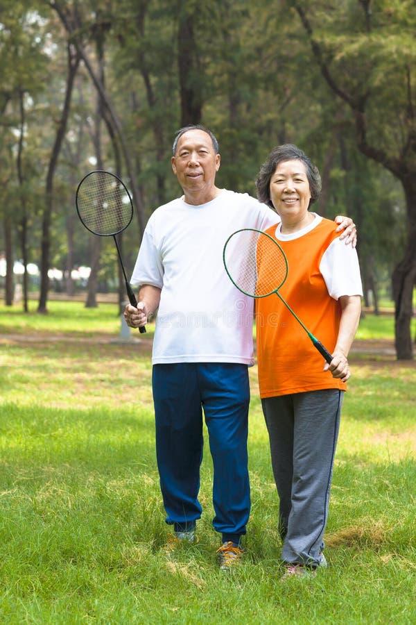 Download Усмехаясь более старые отпрыск и сестра держа ракетку бадминтона Стоковое Изображение - изображение насчитывающей счастливо, пепельнообразные: 40588645