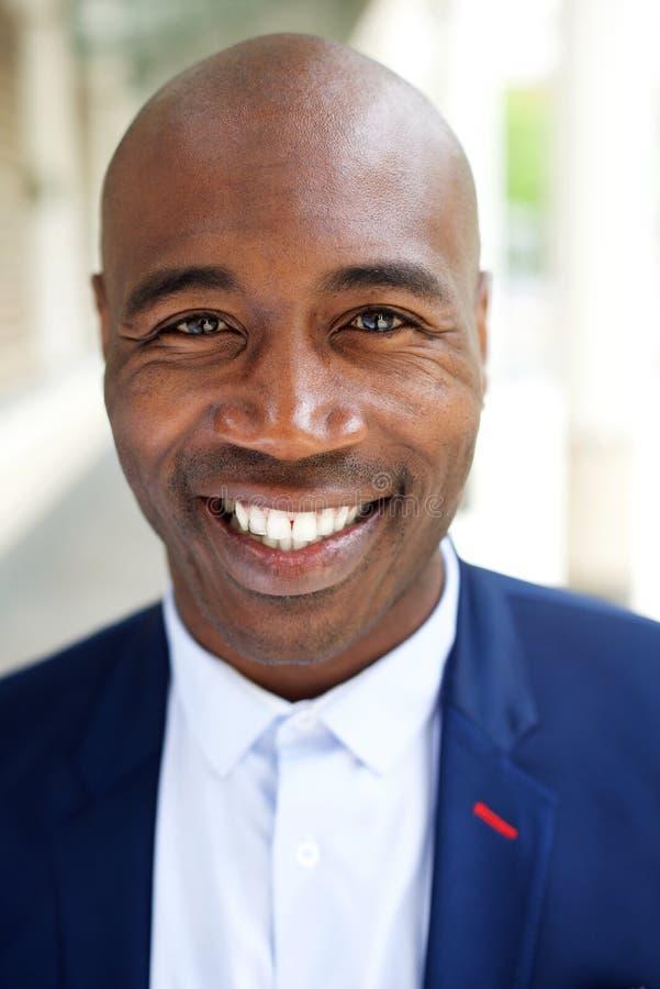 Усмехаясь более старый Афро-американский бизнесмен стоковые изображения rf