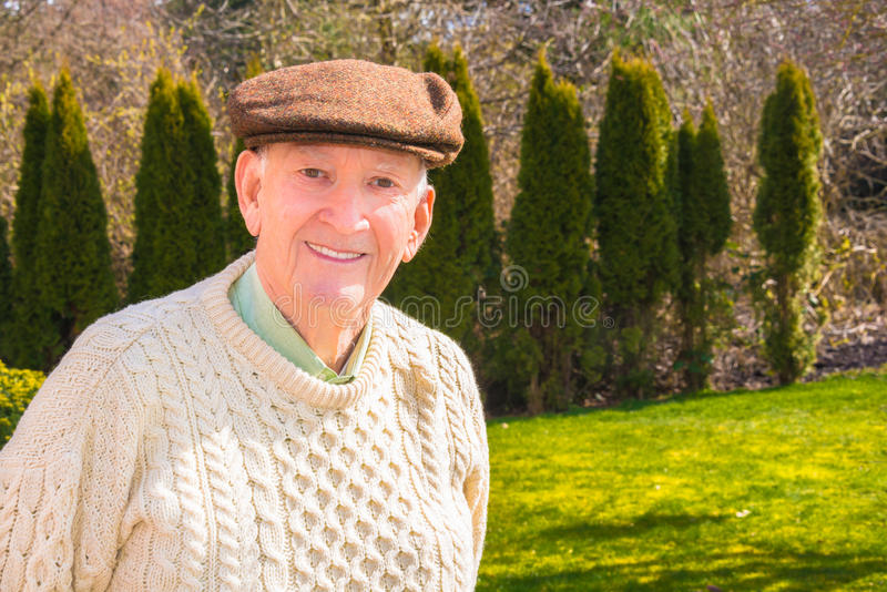 Усмехаясь более старый человек стоковое фото