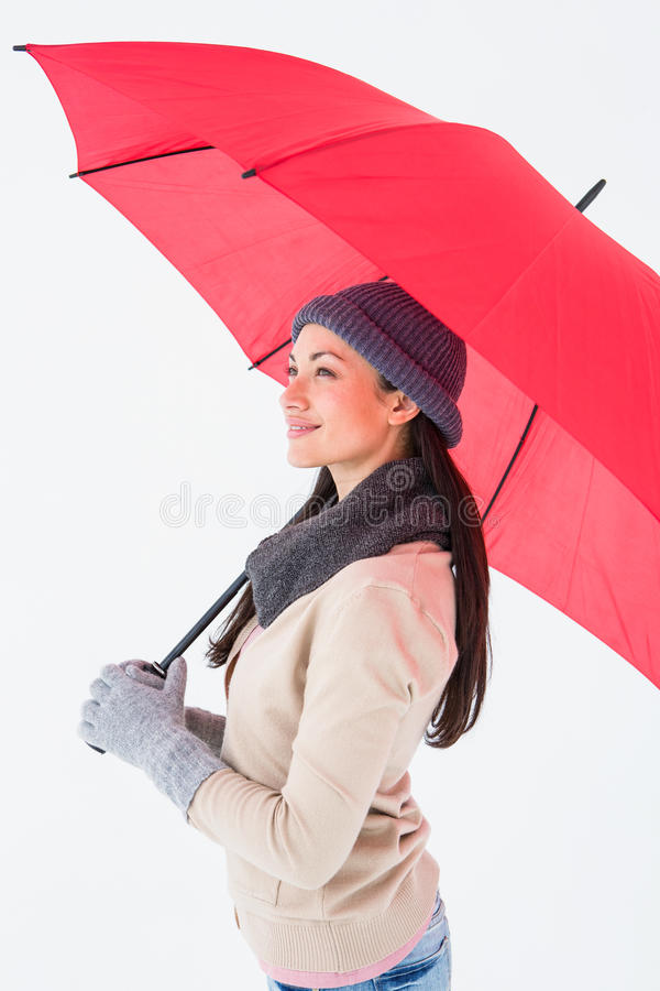 Усмехаясь брюнет держа красный зонтик стоковые изображения