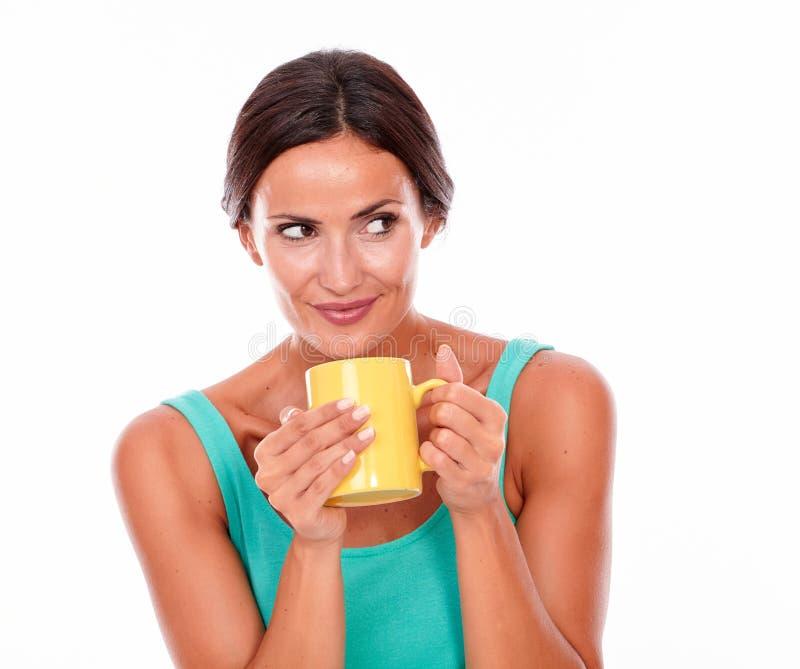 Усмехаясь брюнет с кружкой кофе стоковое фото rf