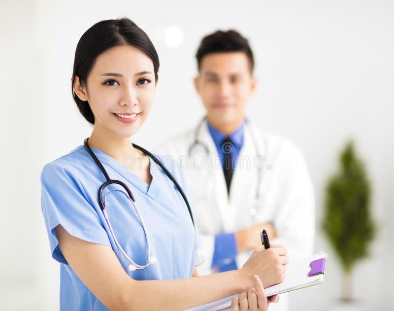 Усмехаясь врачи работая в больнице стоковое изображение