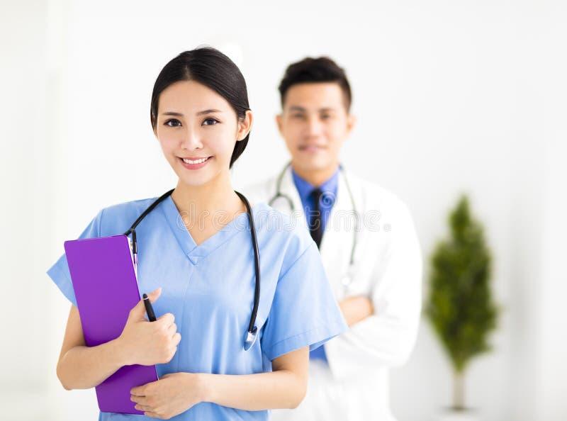 Усмехаясь врачи работая в больнице стоковая фотография rf