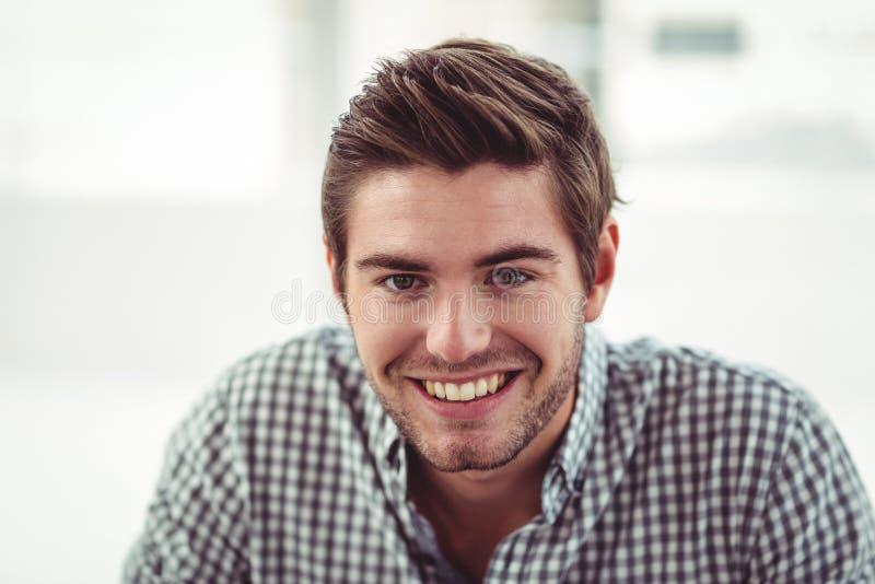 Усмехаясь вскользь бизнесмен стоковые фото