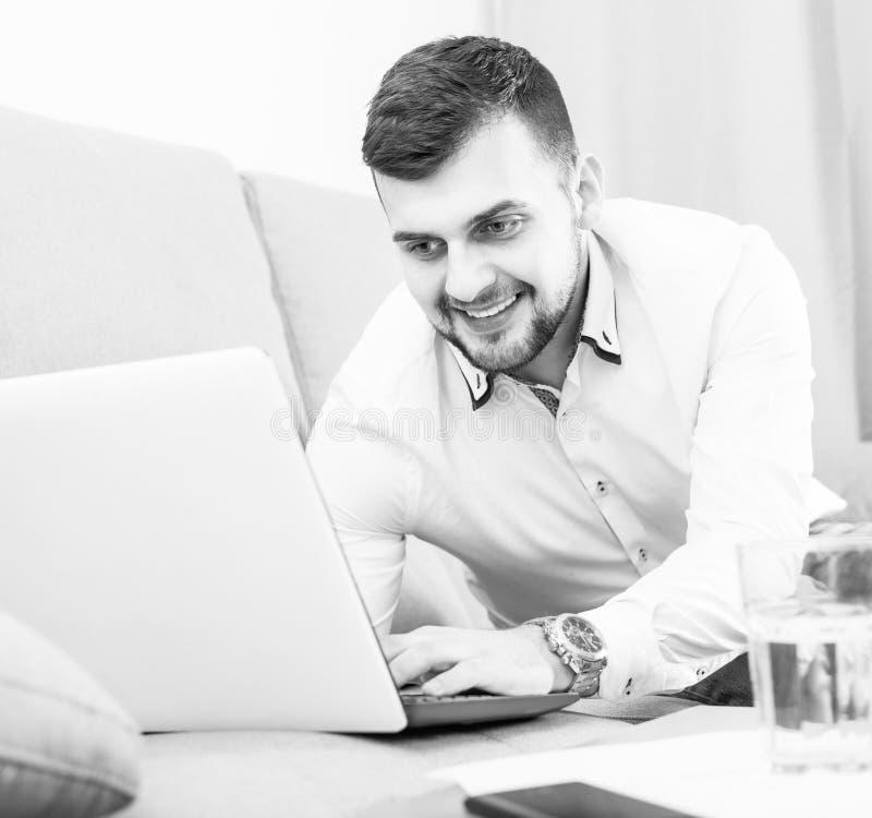 Усмехаясь гостиница молодого человека счастливая tobooking онлайн стоковые изображения rf