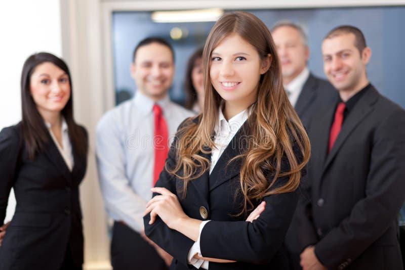 Усмехаясь группа в составе бизнесмены стоковая фотография rf