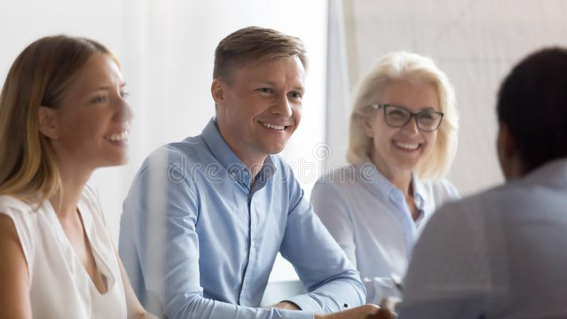 Усмехаясь группа hr смотря выбранный говоря на собеседовании для прием стоковое фото