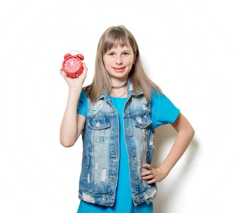 Усмехаясь девочка-подросток с будильником стоковое фото rf