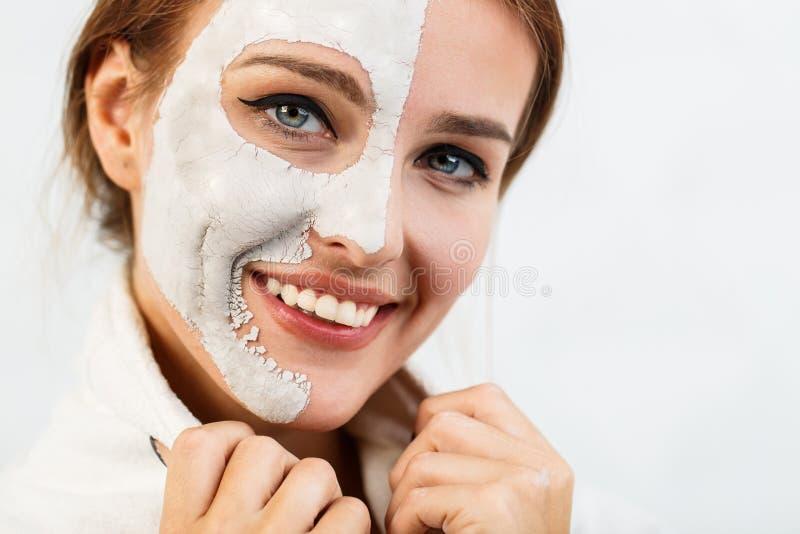 Усмехаясь девушка прикладывает лицевой щиток гермошлема стоковые изображения rf