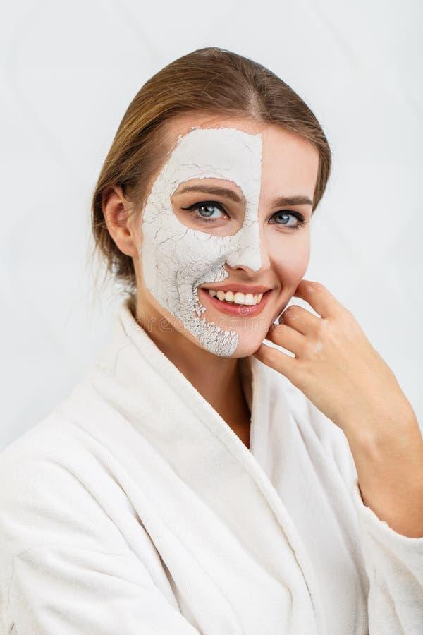 Усмехаясь девушка прикладывает лицевой щиток гермошлема стоковые фотографии rf
