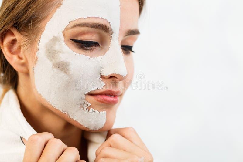 Усмехаясь девушка прикладывает лицевой щиток гермошлема стоковые фото