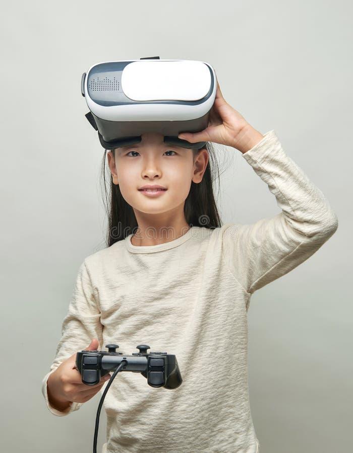 Усмехаясь девушка со стеклами виртуальной реальности стоковое фото rf