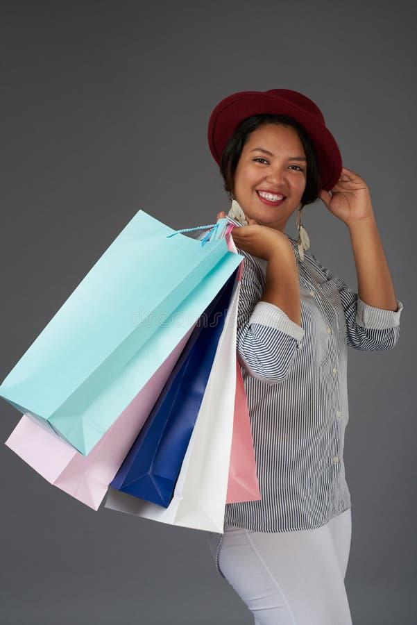 Усмехаясь девушка с хозяйственными сумками стоковые фотографии rf