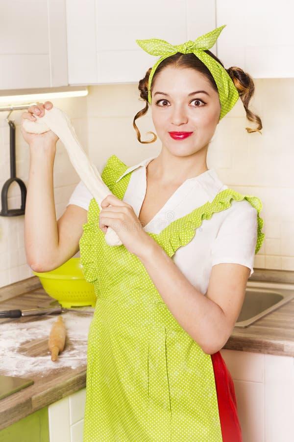 Усмехаясь домохозяйка женщины варя тесто в кухне стоковые изображения rf