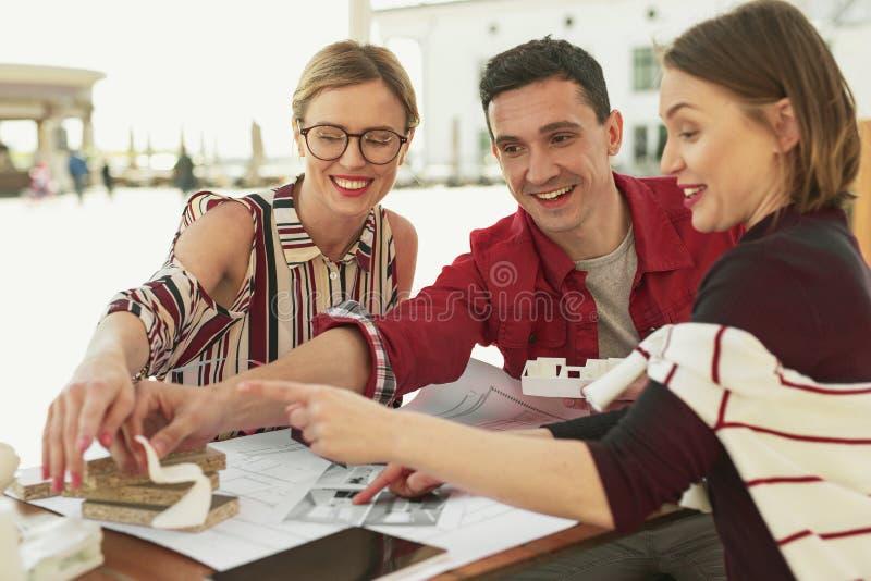 Усмехаясь дружелюбная компания показывая какой предпочитать стоковые фото