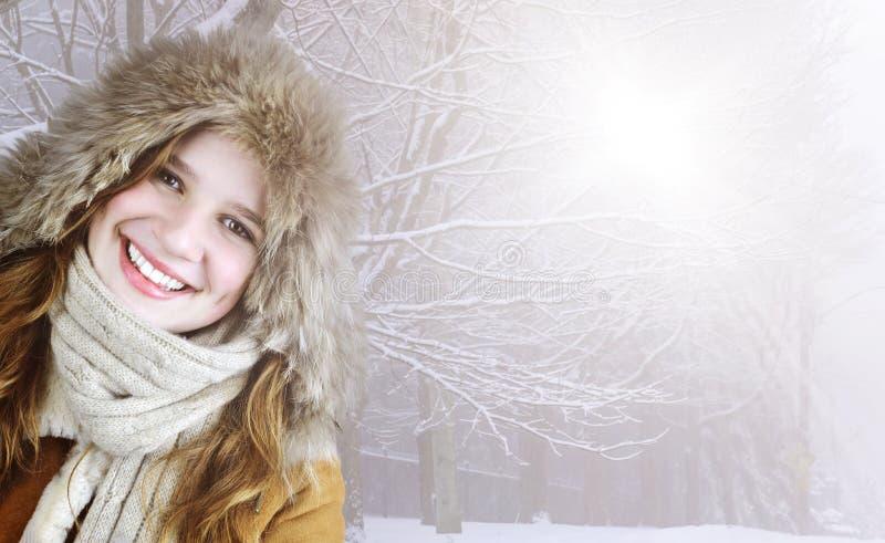 Усмехаясь девушка зимы снаружи стоковая фотография rf