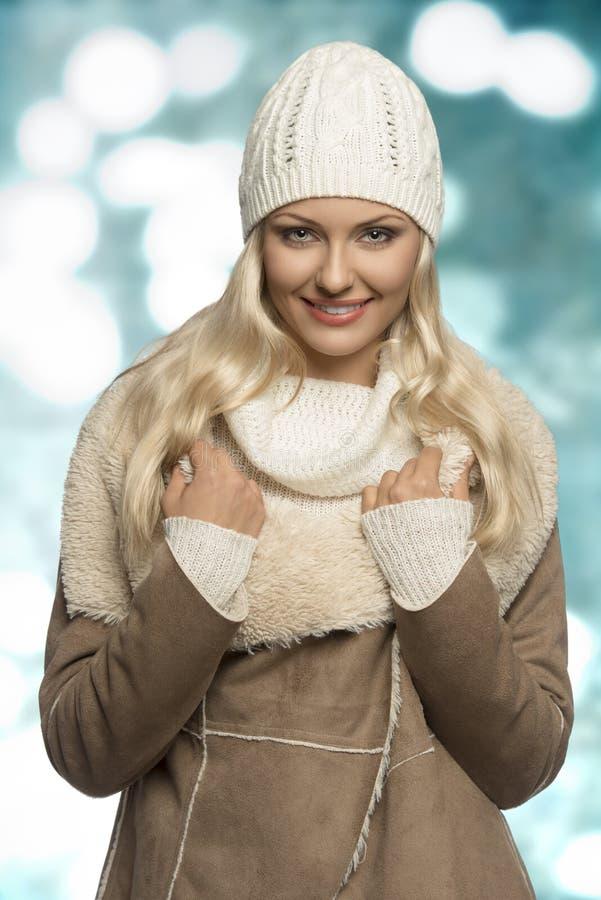 Усмехаясь девушка зимы с крышкой шерстей стоковое изображение rf