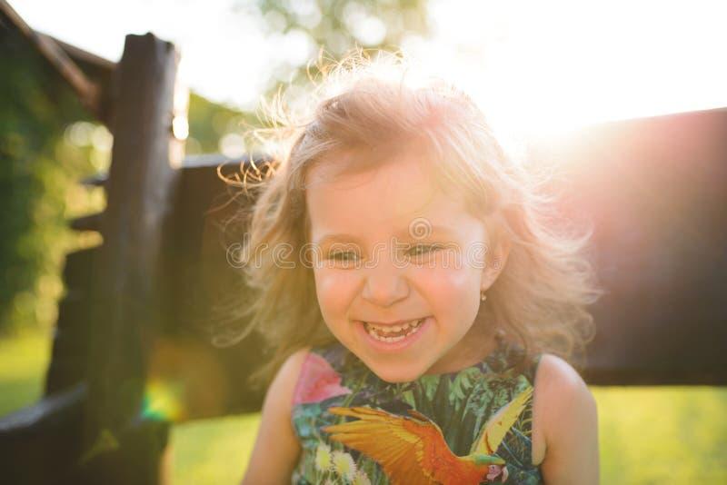 Усмехаясь девушка на стенде стоковое фото