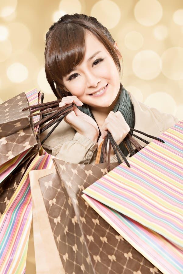 Усмехаясь девушка покупок стоковое фото rf