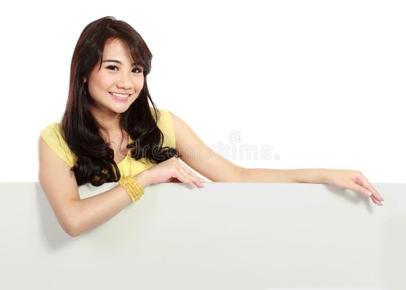 Усмехаясь девушка подростка держа пустую белую доску стоковые изображения rf