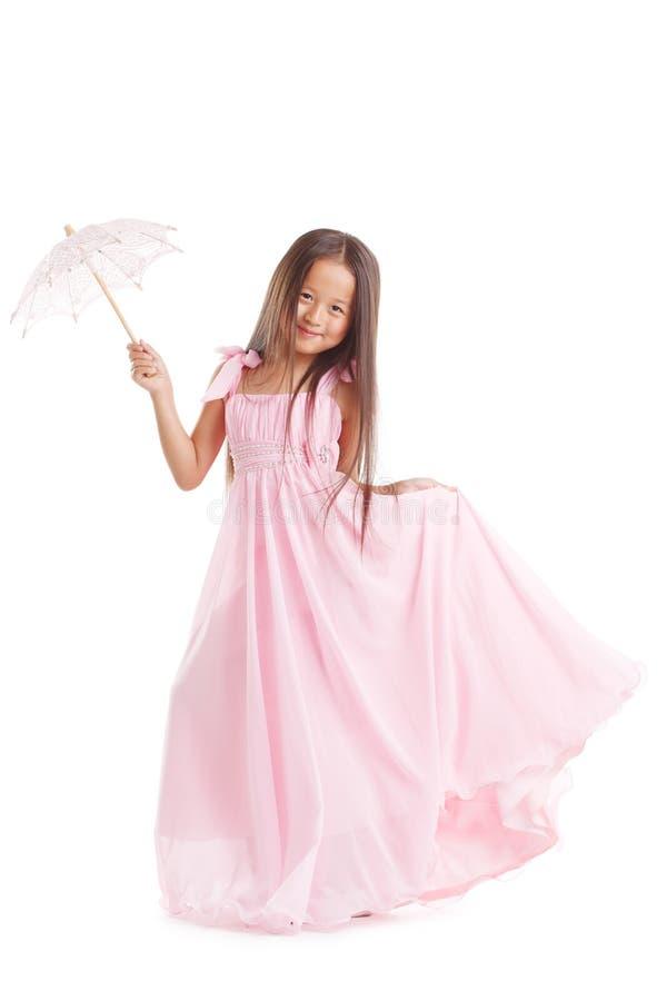 Усмехаясь девушка представляя в длинном платье с зонтиком стоковые изображения rf