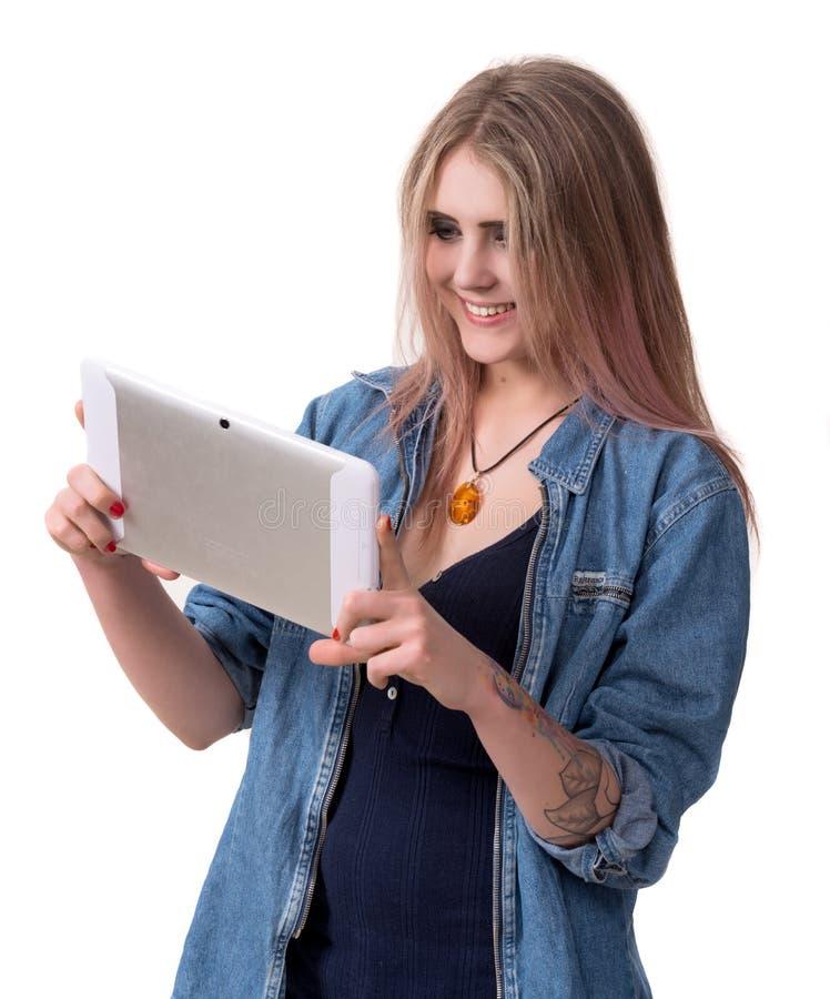 Усмехаясь девушка с компьютером ПК таблетки стоковая фотография