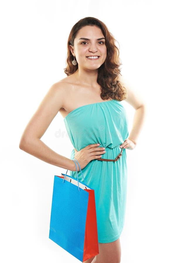Усмехаясь девушка с сумкой подарка стоковое изображение rf