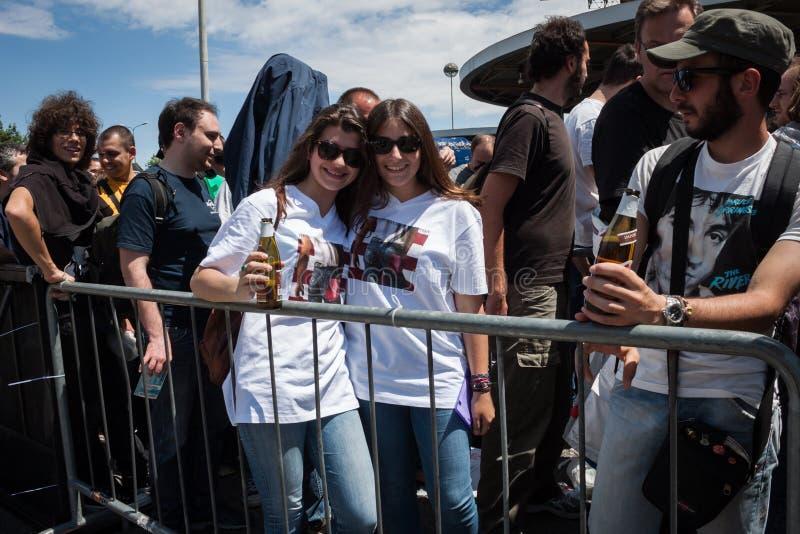 Толпа и две девушки