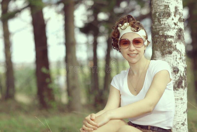 Усмехаясь лес девушки весной стоковое изображение