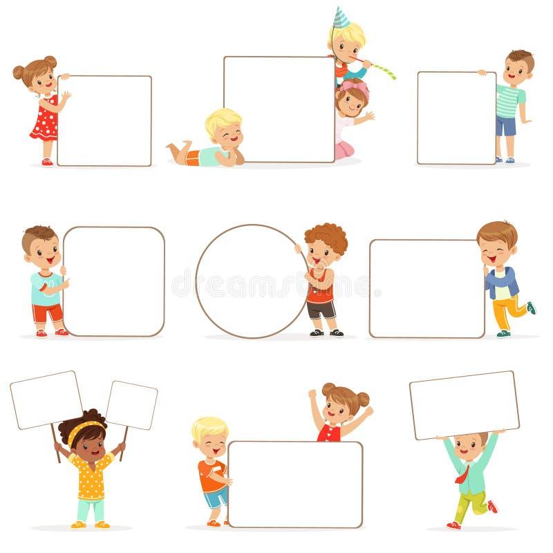 Усмехаясь дети стоя при белые пустые установленные доски Счастливые мальчики и девушки в вскользь одеждах держа пустые плакаты иллюстрация вектора