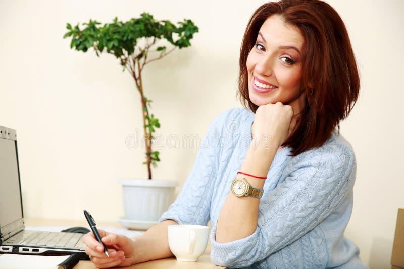 Download Усмехаясь деятельность женщины Стоковое Фото - изображение насчитывающей indoors, красивейшее: 37926434