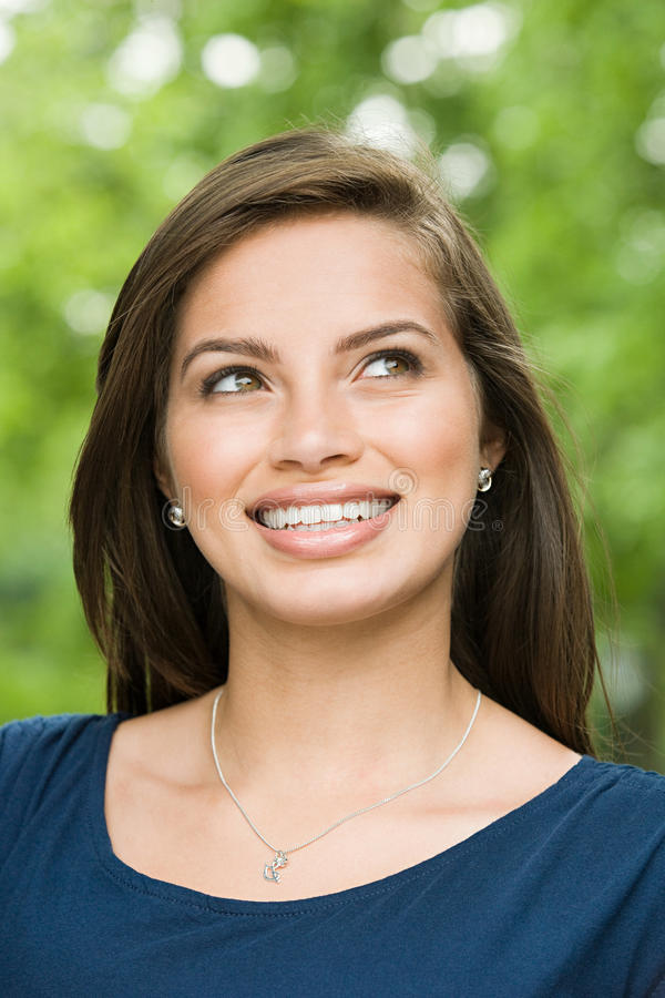 Усмехаясь женский испанский подросток стоковое фото rf