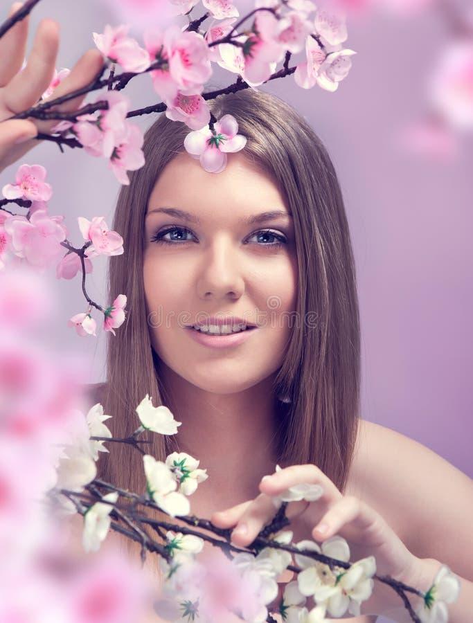 Усмехаясь женщина весны стоковые фотографии rf