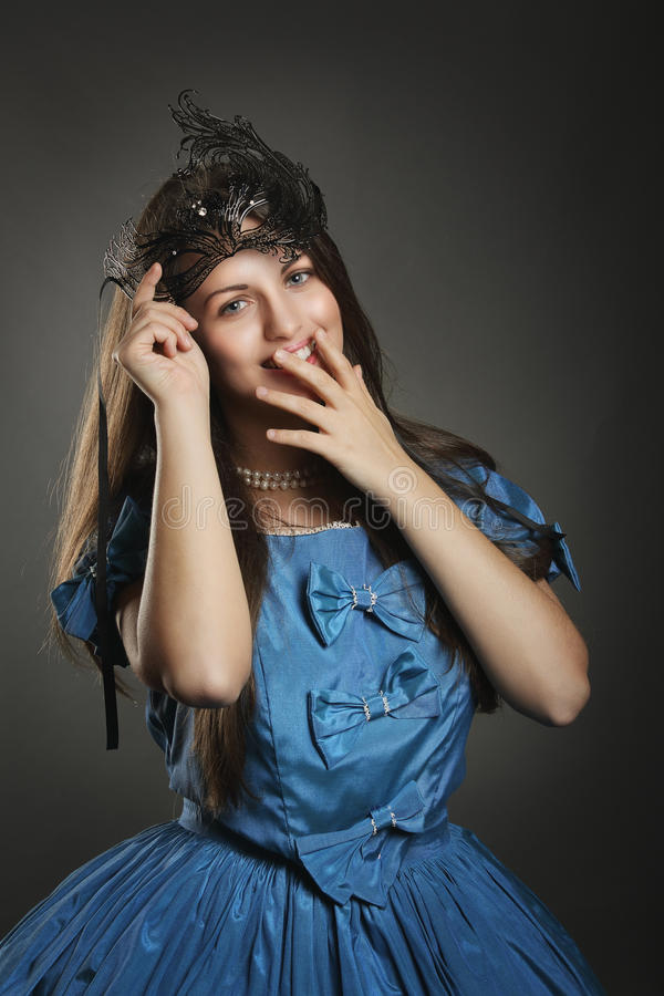 Усмехаясь женщина в голубом платье принцессы стоковая фотография rf